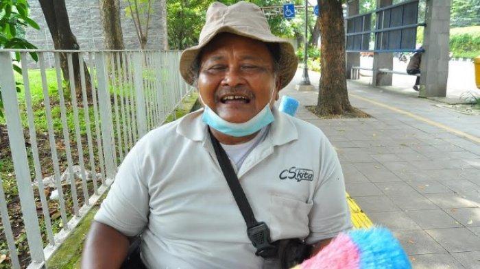 Abah Parmin tetap semangat berjualan kemoceng meskipun menggunakan kursi roda saat ditemui TribunnewsBogor.com, Selasa (2/2/2021)