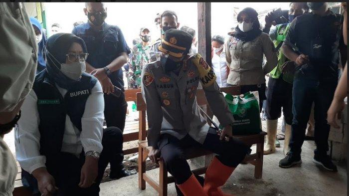Bupati Bogor, Ade Yasin dan Kapolres Bogor, AKBP Harun saat meninjau lokasi banjir bandang di Kampung Kadaung Hilir, Desa Rengasjajar, Cigudeg, Kabupaten Bogor.