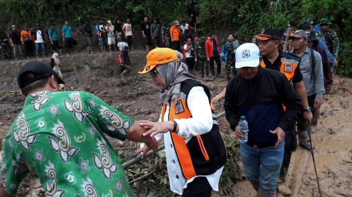 Coba Medan Terjal Berlumpur Menuju Desa Terisolir di Sukajaya, Bupati Ade Yasin: Kerasa Ya!