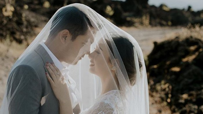 Disebut Cinta Lokasi Hingga Pacaran 5 Tahun, Foto-foto Pre Wedding Artis Ini Keren, Bak Film India