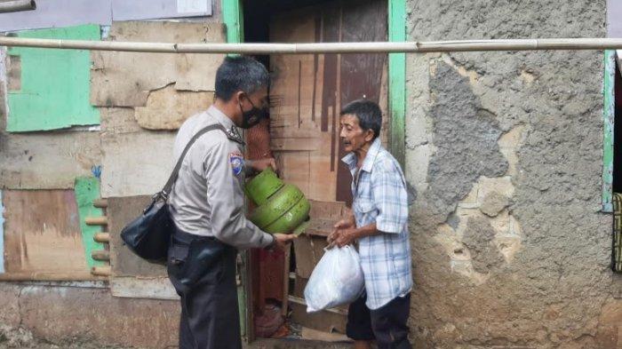 Gas di Rumah Dibawa Anak, Aipda Sodikin Berikan Gas LPG Gratis untuk Warga Bojonggede