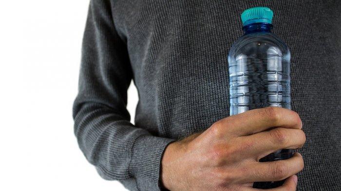 Beli 9 Botol 'Air Suci' Seharga Rp 15 Juta, Bukan Untung Wanita Ini Malah Mendapatkan Apes