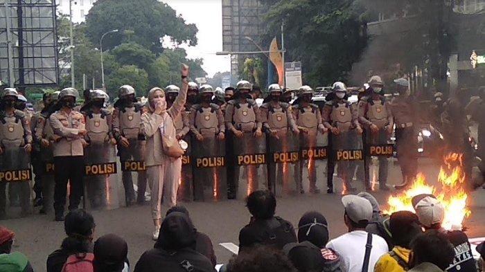 Api Berkobar Di Tengah Aksi Unjuk Rasa Mahasiswa di Bogor
