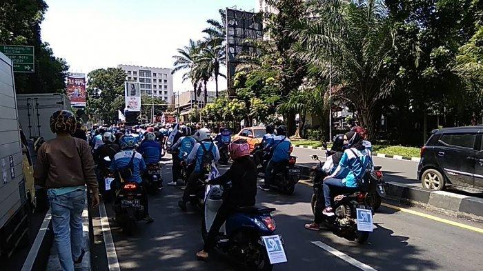 Buruh atau pekerja di Kota Bogor melakukan aksi unjuk rasa ke Balaikota Bogor, Jumat (13/11/2020).