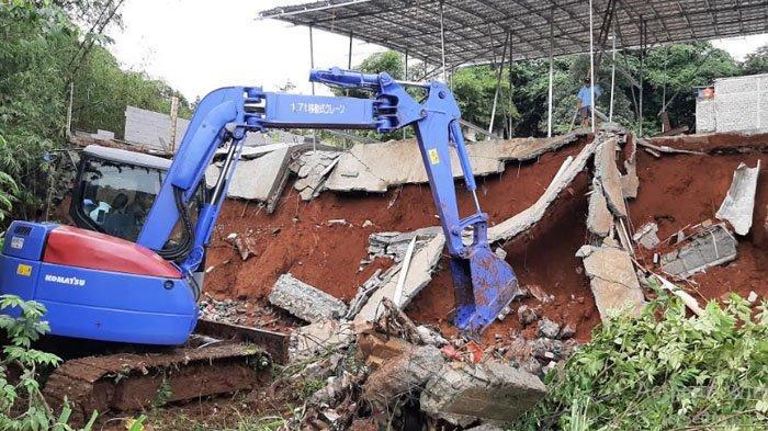 Satu Unit Alat Berat Diturunkan untuk Mengevakuasi Material Tanah Longsor di Ragajaya