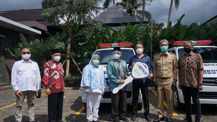 Badan Pengelola Keuangan Haji (BPKH) bekerjasama dengan Nur Care (Lazisnu) menyerahkan satu mobil ambulance dan satu mobil jenazah, Selasa (26/1/2021).