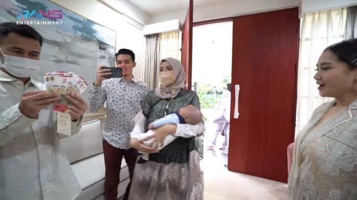 Amplop lebaran untuk anak Zaskia Sungkar dan Irwansyah, Ukkasya dari Raffi Ahmad dan Nagita Slavina