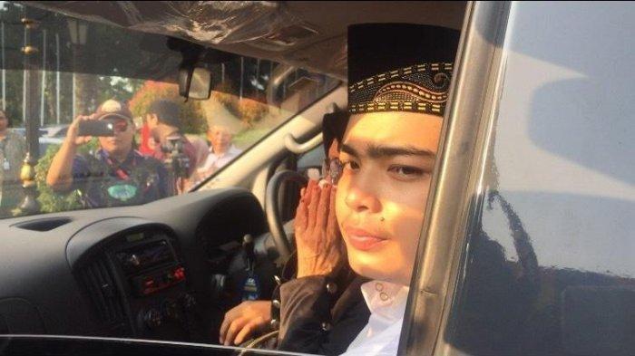 Anak dari almarhum Ustaz Arifin Ilham, Muhammad Ameer Azzikra duduk di mobil jenazah yang membawa almarhum ayahandanya, Kamis (23/5/2019)