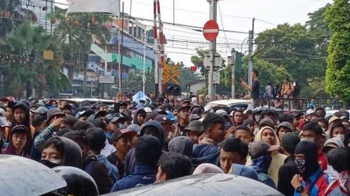 Massa Berseragam Pramuka Bentrok dengan Polisi di Palmerah, Gas Air Mata Ditembakkan