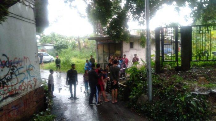 BREAKING NEWS - Bocah 10 Tahun Terseret Arus Saat Main Hujan di Jembatan Loader Bogor