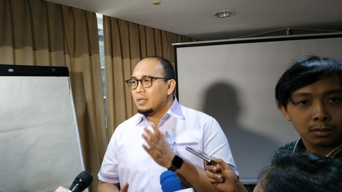 Andre Rosiade Tak Setuju TNI Copot Baliho Habib Rizieq, Denny Siregar : Mending Gerebek PSK Aja Yuk