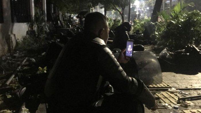 Lepas Kangen di Tengah Kericuhan Massa, Polisi Video Call dengan Istri : Tenang Saja Situasi Membaik