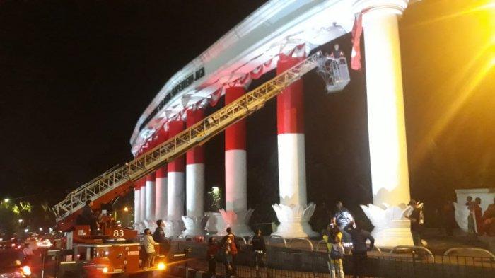 Festival Merah Putih Ditutup, Anggota Paskhas Bantu Turunkan Selubung Merah Putih di Lawang Salapan