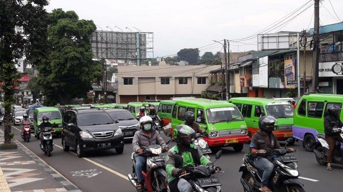 Dapat Info Pembagian Sembako, Ratusan Sopir Angkot Bogor Parkir di Jalan Ottista