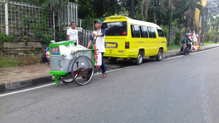 Jadikan Trotoar di Kota Bogor Tempat Mangkal Angkot, Sopir Elf Malah Usir Pejalan Kaki