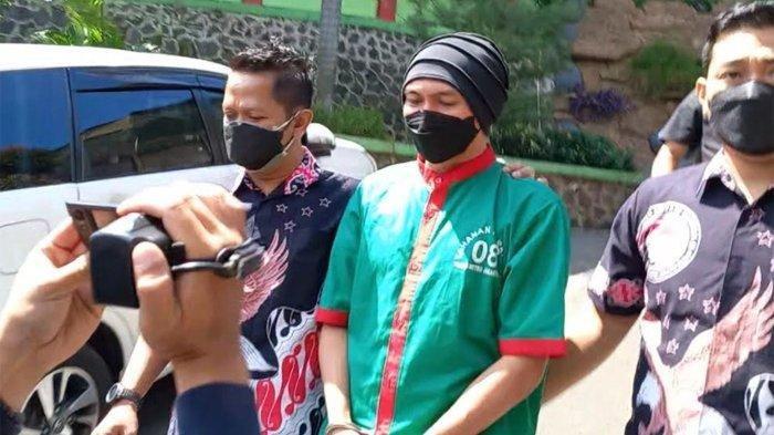 Anji Manji Tiba di RSKO Cibubur Pakai Baju Tahanan, Tangannya Diborgol