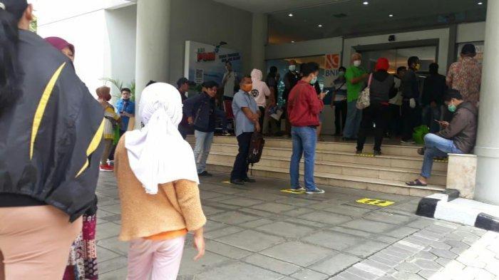 Bank di Kota Bogor Tutup Lebih Awal, Antrean Nasabah Mengular Tanpa Jarak