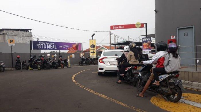 Antrean panjang di McD Simpang Lodaya imbas BTS Meal, Selasa (9/6/2021).