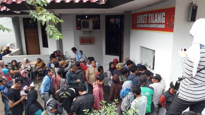 Gara-Gara Tidak Pakai Helm Saat Berkendara, Wawan Antre Sampai 5 Jam Urus Surat Tilang di Bogor
