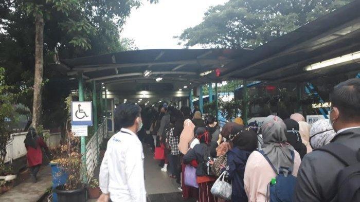 Foto-foto Imbas Pembantasan Transportasi Jakarta Dibatasi untuk Cegah Corona, Penumpang Antre