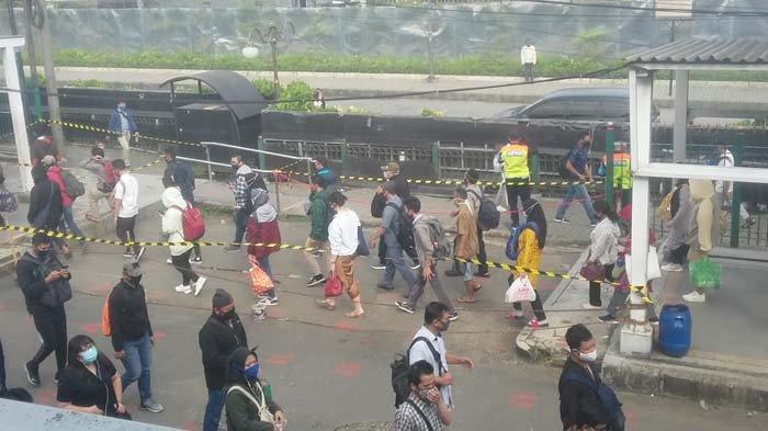 BREAKING NEWS - Suasana Stasiun Bogor Jelang Siang, Antrean Penumpang Masih Terlihat