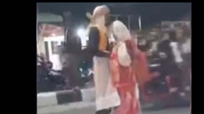 Video Sejoli Pelukan di Tengah Jalan Viral, Ternyata Bukan Berhubungan Intim, Ini Fakta Sebenarnya