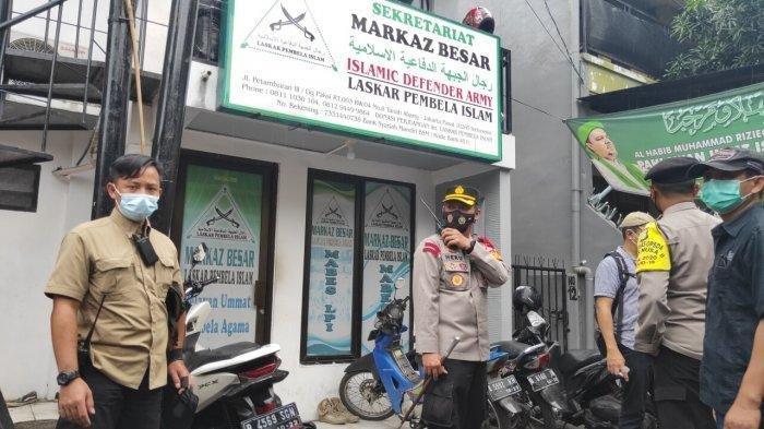 Datang ke Petamburan, Anggota TNI-Polri Copot Atribut di Sekitar Markas FPI