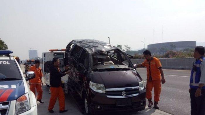 Kecelakaan di Tol Jagorawi karena Pecah Ban, Begini Kondisi Mobil APV yang Terguling