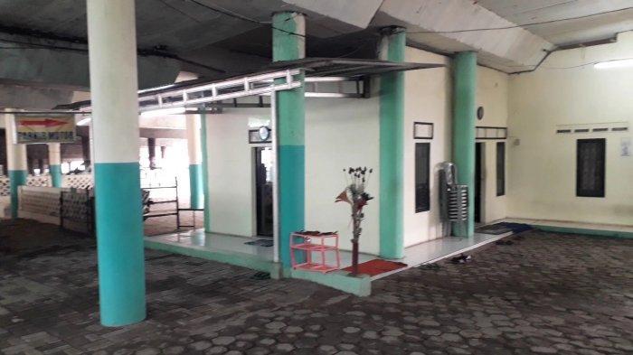 Area kumuh disulap menjadi rapi dan menjadi area mushola di kolong flyover Cibinong, di Kampung Padurenan, Kelurahan Pabuaran, Kecamatan Cibinong, Kabupaten Bogor.
