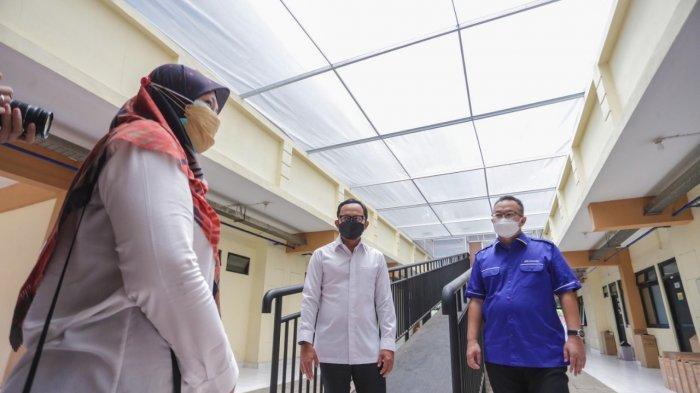 Rektor IPB Arif Satria mengajak Wali Kota Bogor Bima Arya meninjau Asrama Mahasiswa IPB Dramaga yang dijadikan Pusat Isolasi Covid-19 hasil kerjasama dengan Pemerintah Kota Bogor.