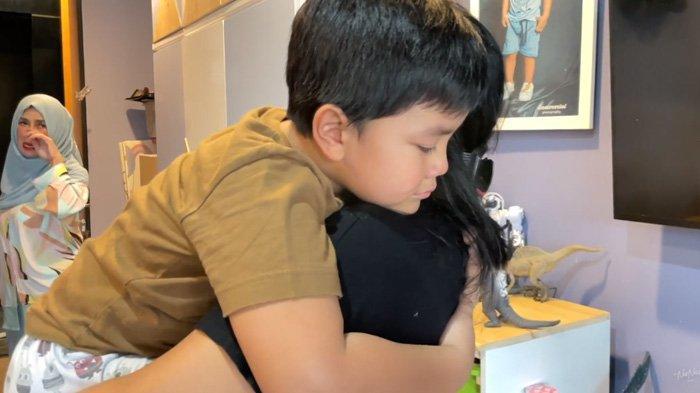 Dapat Kejutan dari Ponakan Raffi Ahmad, Pengasuh Ini Terharu, Mama Amy Sampai Nangis : Anak Sholeh