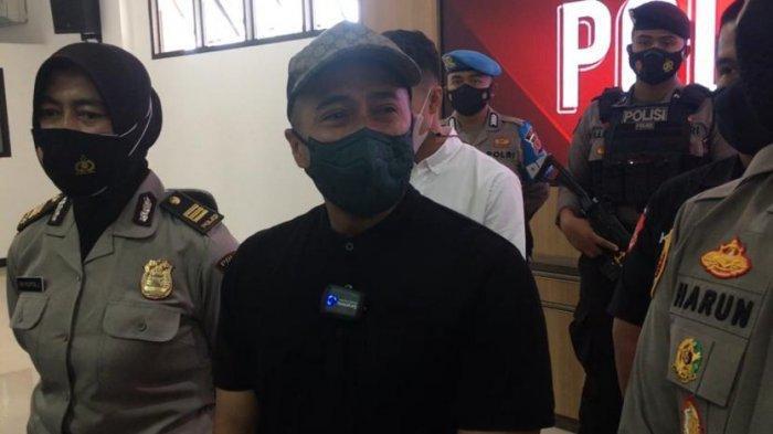 Artis sekaligus pecinta satwa Irfan Hakim menangis di Mapolres Bogor, Cibinong, Kabupaten Bogor, Selasa (27/7/2021).