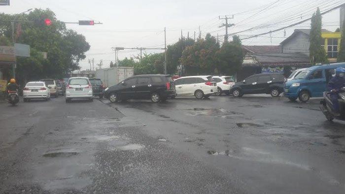 Diguyur Hujan, Lalu Lintas Jalan KS Tubun Saat Ini Padat Merayap