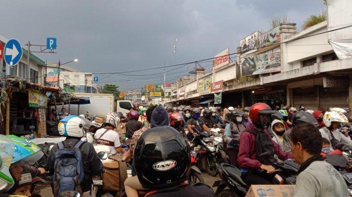 Jelang Buka Puasa, Pasar Anyar Bogor Dipadati Kendaraan