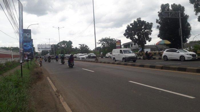 Lalu Lintas Kendaraan di Jalan Raya Jakarta - Bogor Kawasan Sukaraja Saat Ini Lancar