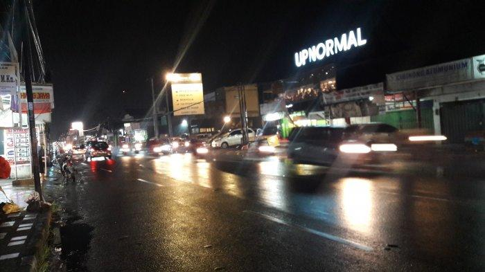 Hati-Hati Jalan Licin, Lalu Lintas di Jalan Raya Sukahati Ramai Lancar Malam Ini