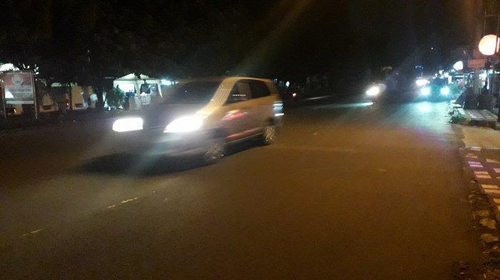Lalu Lintas Kendaraan di Jalan Raya Sukahati Cibinong Malam Ini Lancar