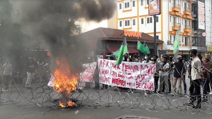 Diwarnai Teatrikal dan Pembakaran Ban, Pendemo di Depan Istana Rusak Kawat Duri yang Dipasang Polisi