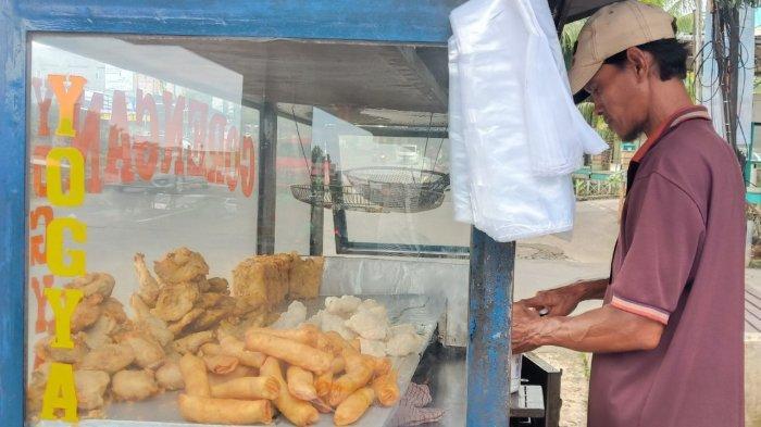 Nasib Pedagang Gorengan Ditengah Wabah Corona, Terpaksa Berjualan Karena Keadaan