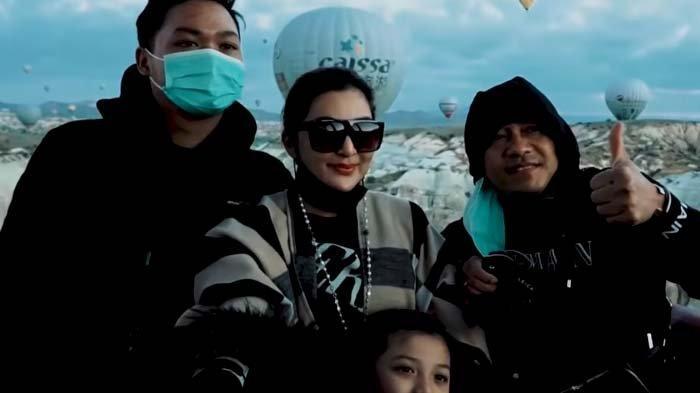 Ashanty, Anang, Azriel dan Arsy naik balon udara di Cappdocia Turki