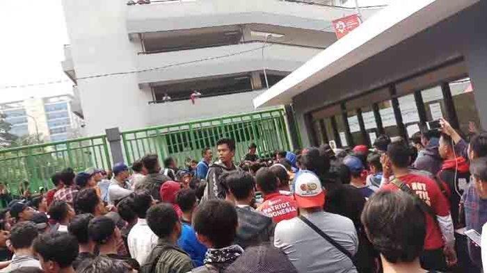 Suporter Timnas Indoensia Mengamuk Tiket Harga Rp 75 Ribu Habis Dalam Sejam, Petugas Loket Kabur