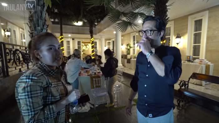 Ayu Ting Ting Ogah Lepas Sendal saat Masuk ke Rumah Mewah, Andre Taulany Protes