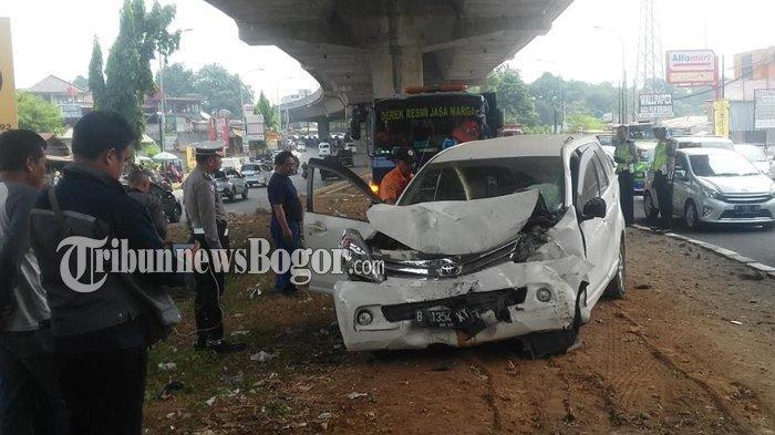 Polisi Selidiki Penyebab Mobil Avanza Tabrak Tiang Tol BORR di Jalan Sholeh Iskandar