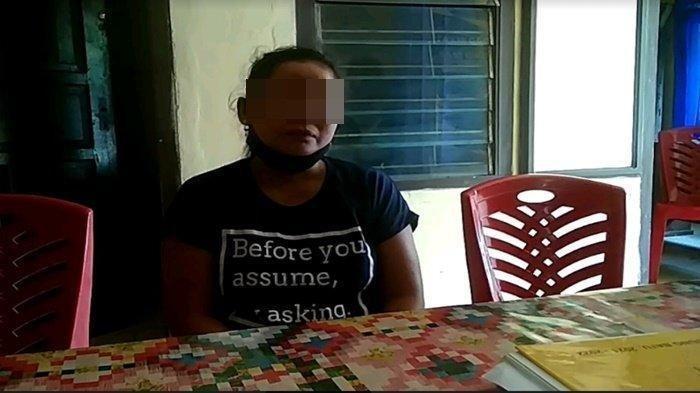 AW, istri almarhum P saat berbincang kepada wartawan di Mapolsek Tanjung Batu.