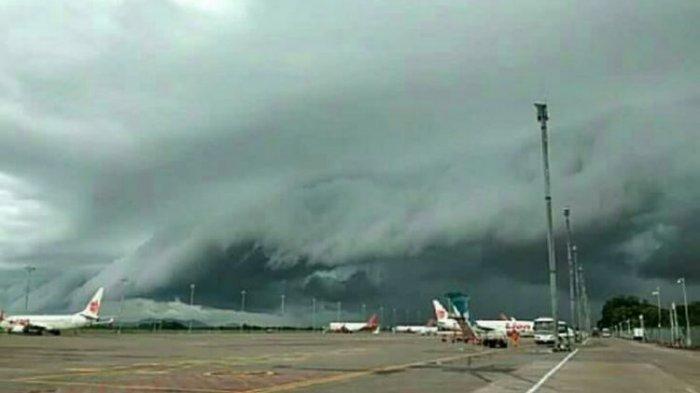 Awan seperti gelombang tsunami terekam di langit Kota Makassar, Selasa (1/1/2019) sore. (Dok. Istimewa)