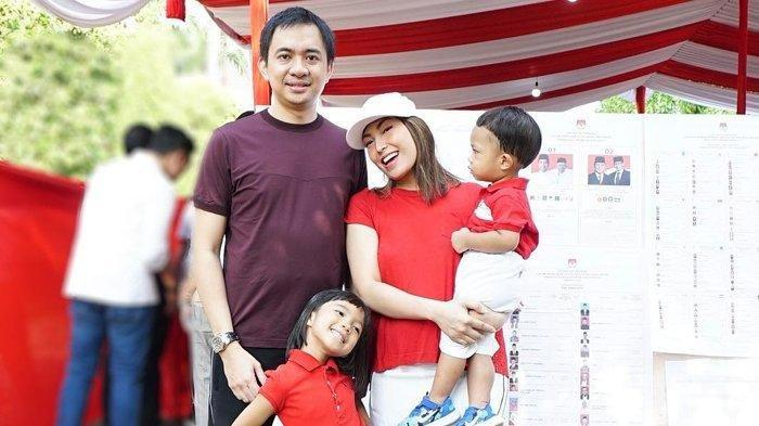 Nyoblos di TPS, Ayu Dewi Kompak Pakai Baju Merah Putih Bareng Anak, Suami Berbeda: Mau Ikut Kuis?