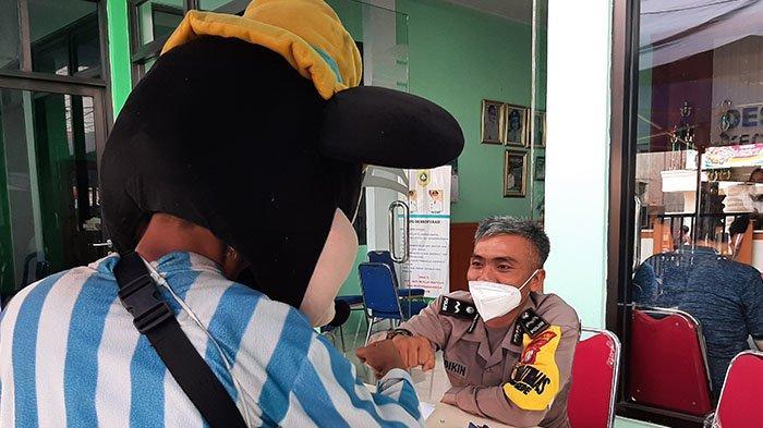Datang ke Tempat Vaksinasi, Badut Mickey Mouse Bikin Peserta Vaksin Tersenyum, Polisi Ucap Begini