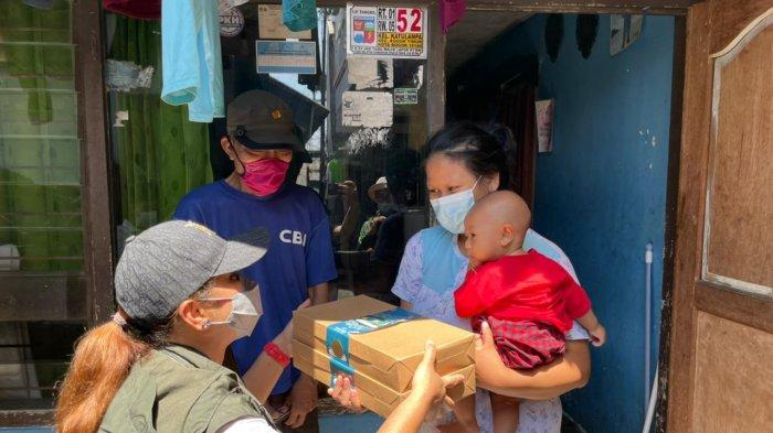 Jabar Bergerak Kota Bogor yang dipimpin Yantie Rachim membagikan 'Rantang Cinta' kepada 1.000 warga di Kota Bogor.