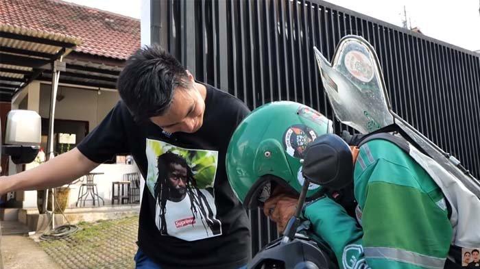 Lulus Tes Kejujuran dari Baim Wong, Driver Ojol Nangis Dikasih Uang Segepok oleh Suami Paula