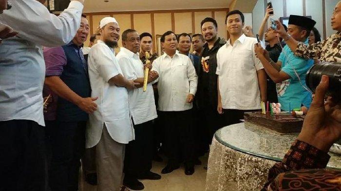 Prabowo Berikan Keris Untuk Djoko Santoso Sebagai Kado Ulang Tahun